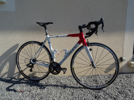 Axxome 250 couleur blanc rouge, groupe campagnolo potenza et roues ksyrium